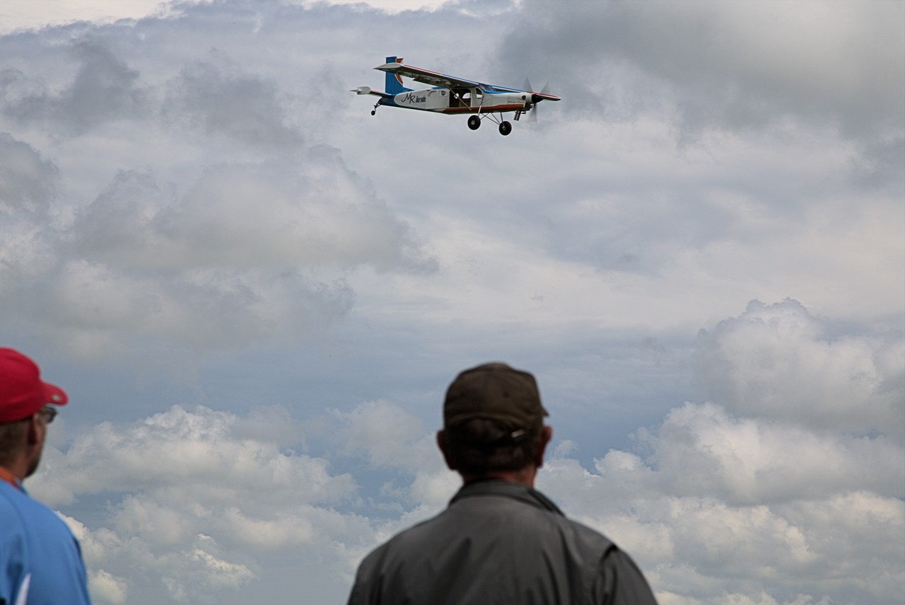 RC Pilatus Turbo Porter PC-6: Flying by.
